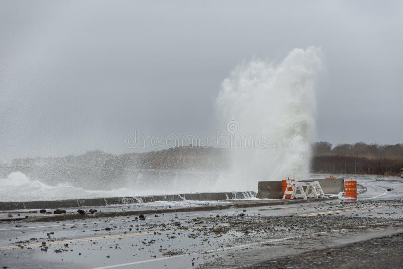 Skräp från den skadade skyddsmuren mot havet spridd över havdrev arkivfoton