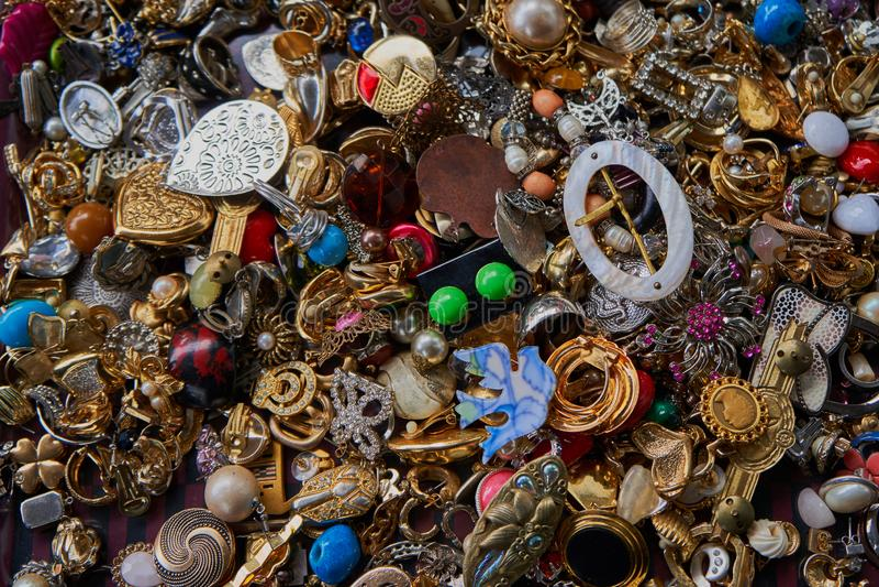 Skręcony kostiumowy jewellery na pchli targ zdjęcie stock