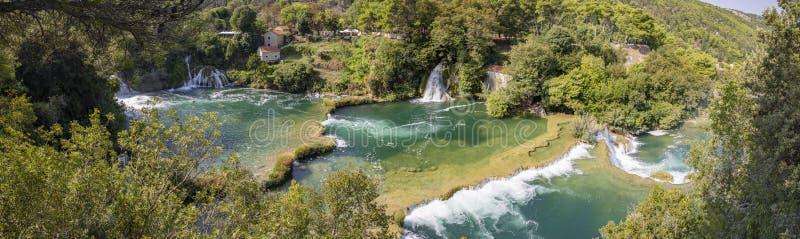 Skradinski Buk vattenfall i den Krka nationalparken - Dalmatia Kroatien, Europa Pannaöverblick royaltyfri bild