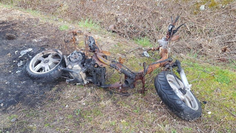 Skradziony motocyklu motocykl palący blisko drogi zdjęcie stock