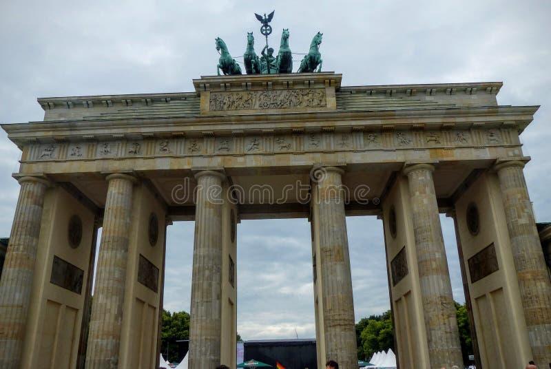 Skraj drzwi Brandenburg w Berlin z chmurnym niebem, Niemcy fotografia royalty free