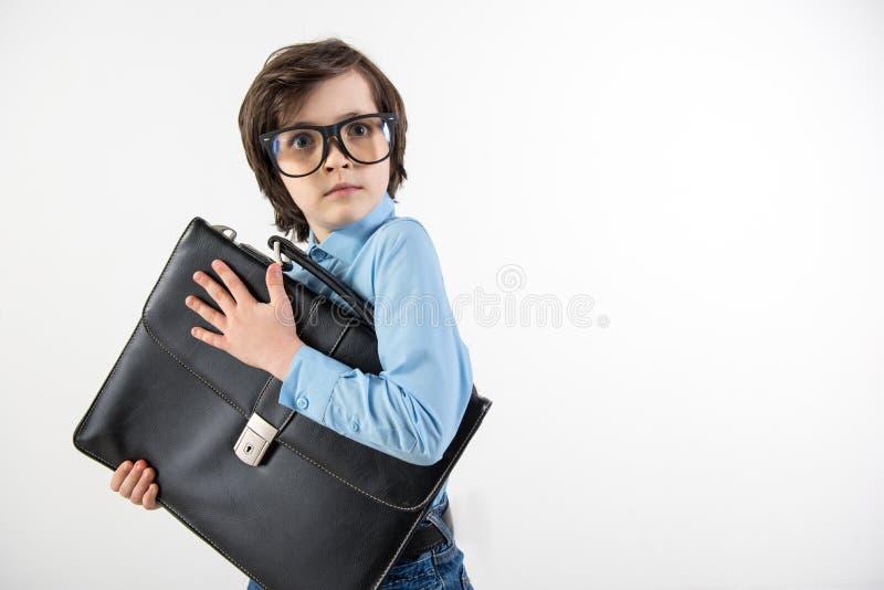 Skraj pojke som skyddar hans funktionsdugliga portfölj fotografering för bildbyråer