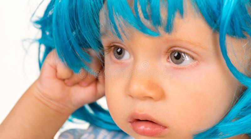 Skraj skönhet Hår för peruk för småbarnkläderblått Liten unge i utsmyckad perukfrisyr Förtjusande litet barn i modeperuk royaltyfria bilder