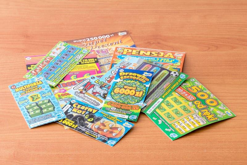 Skrapabiljetter på trätabellen, spela för low cost royaltyfria foton