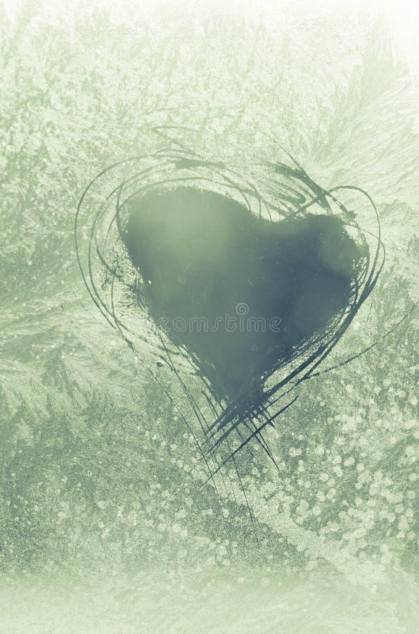 Skrapad hjärta på frostigt fönster arkivbild
