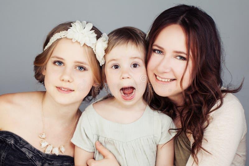 Skratt för tre gladlynt flickor royaltyfria bilder