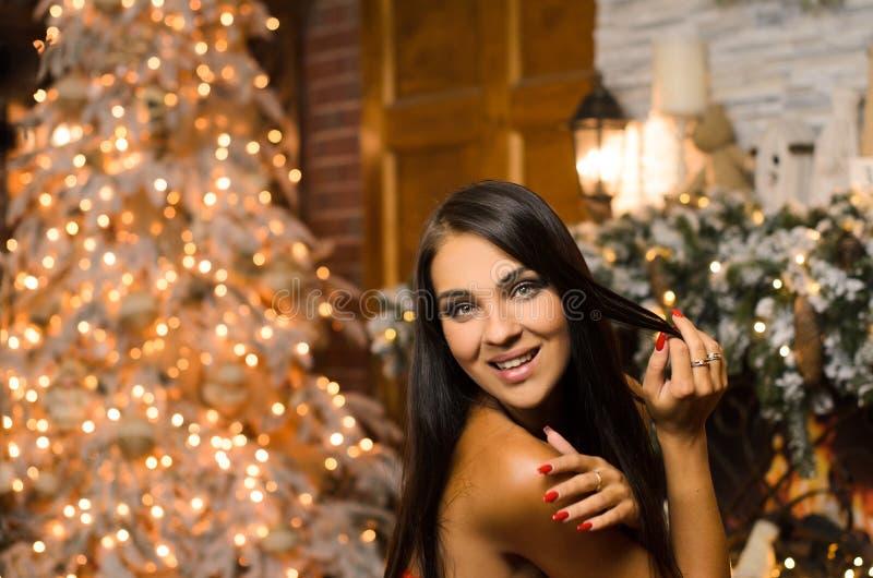 Skratt lycklig kvinna i nyårens inre arkivfoto