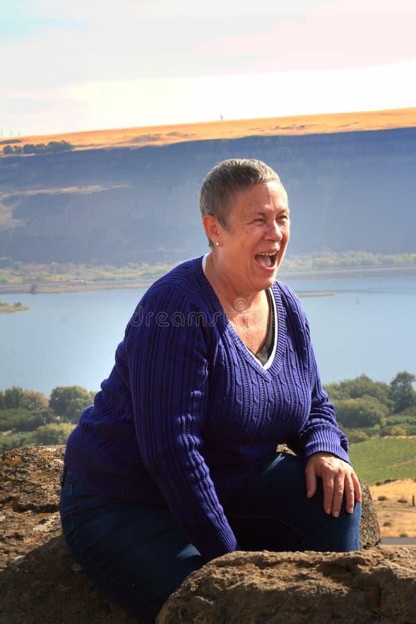 Skratta äldre kvinna arkivfoto