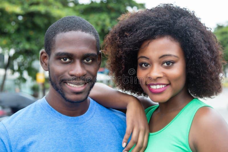 Skratta afrikansk amerikanpar fotografering för bildbyråer