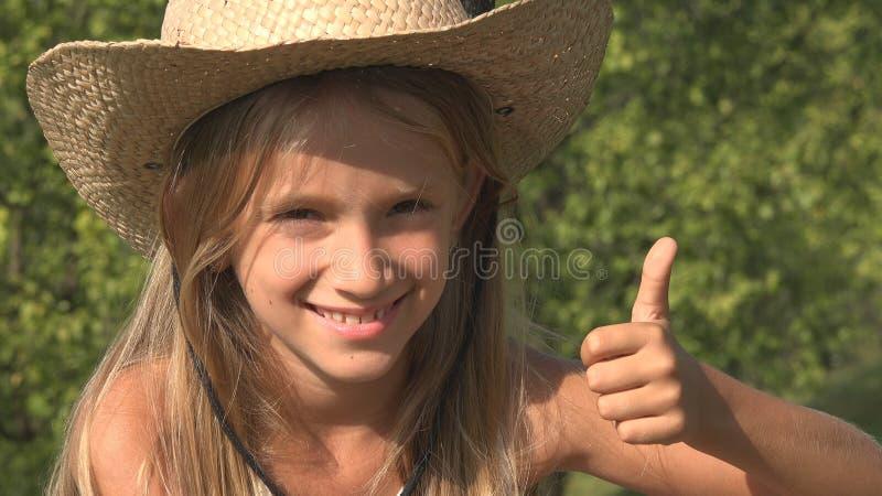 Skratta att koppla av för barn som är utomhus- på gräs, lycklig flicka, ungeframsidastående, natur royaltyfri bild