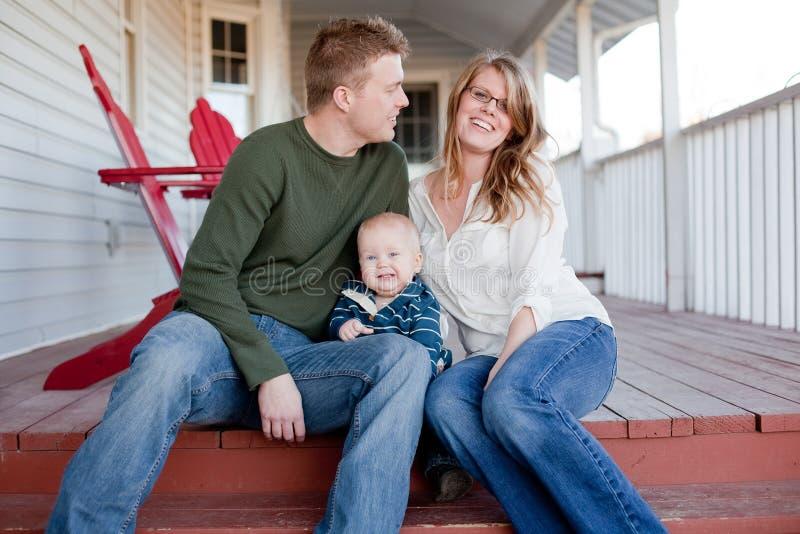 skratta barn för familj royaltyfria bilder