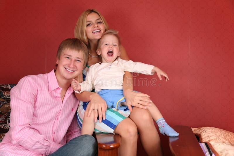 skratta barn för familj arkivfoto