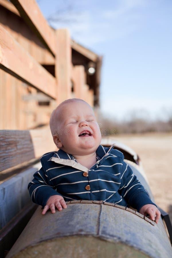 skratta barn för pojke royaltyfria bilder