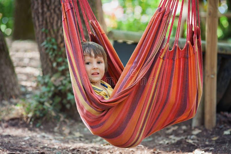 Skratta barnet i hängmatta royaltyfri bild