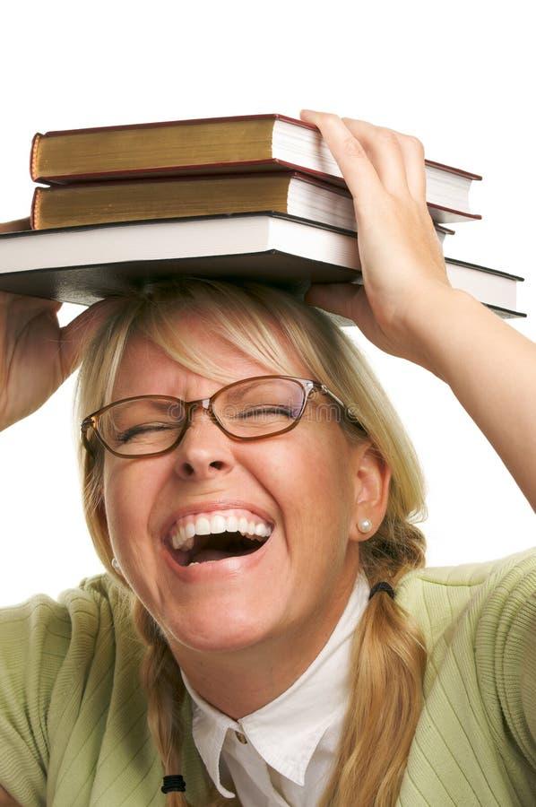 skratta bunt för bokhuvud under kvinna royaltyfri bild