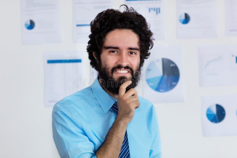 Skratta den arabiska affärsmannen med skägget och bandet fotografering för bildbyråer