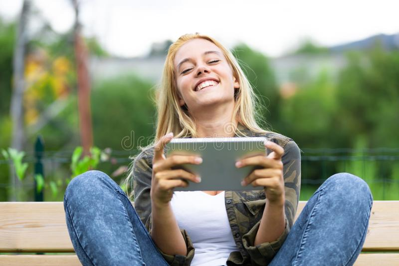 Skratta den bekymmerslösa unga kvinnan som rymmer enPC arkivbild