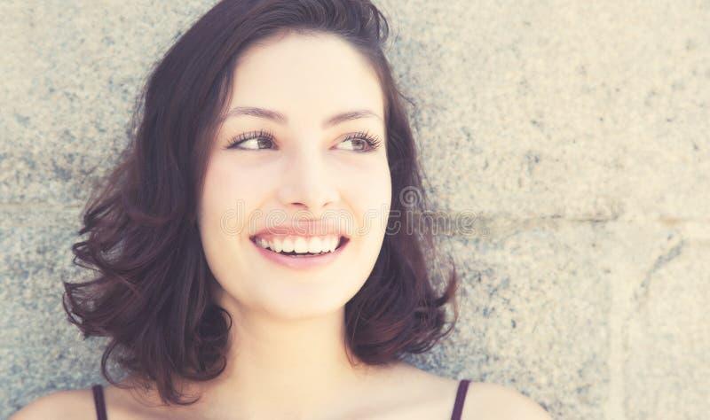Skratta den caucasian kvinnan i retro blick för tappning arkivfoton