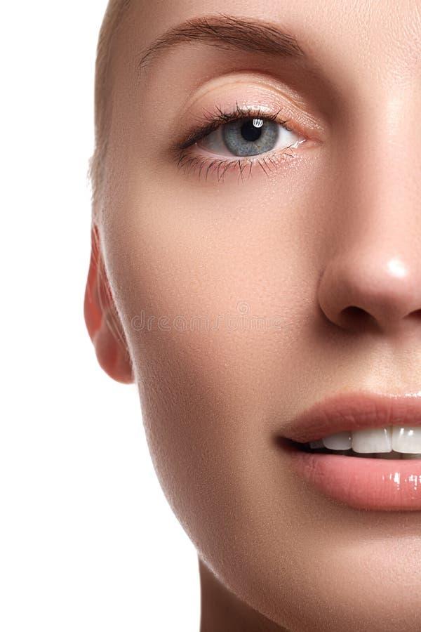 Skratta den härliga kvinnan med ren ny hud över vit bakgrund skönhet isolerad ståendewhite Le för kvinna Ren skönhetmodell fotografering för bildbyråer