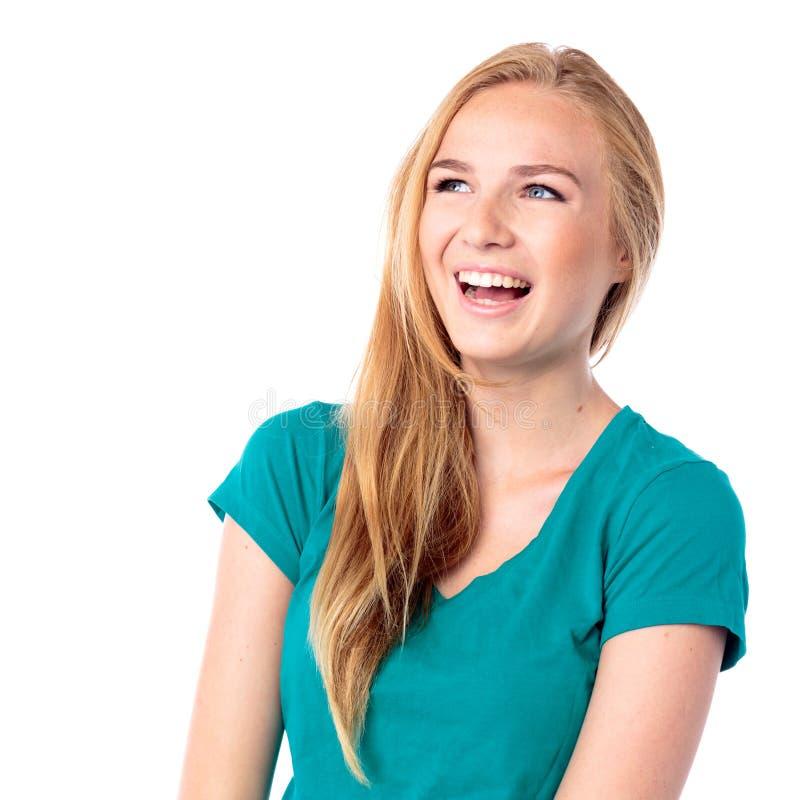 Skratta den livliga unga kvinnan royaltyfri bild