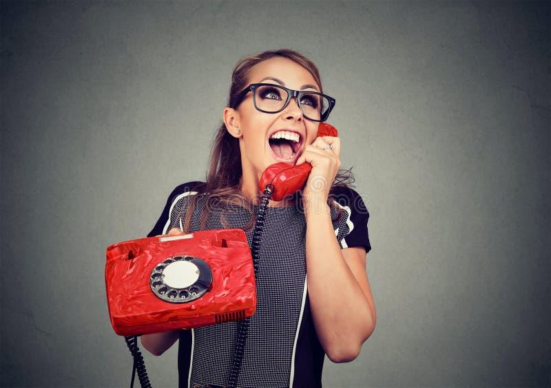 Skratta den lyckliga kvinnan på telefonen royaltyfri fotografi