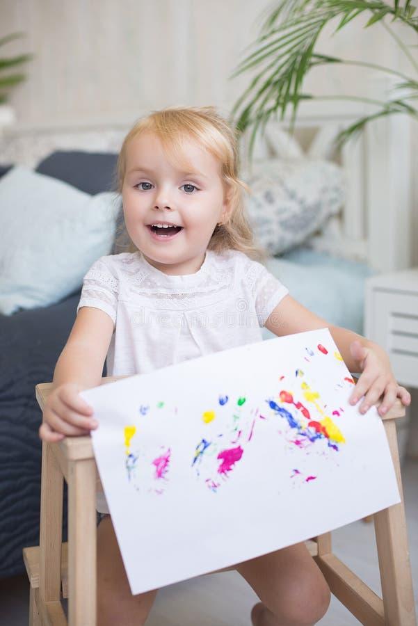 Skratta den lyckliga unga blonda flickan royaltyfria foton
