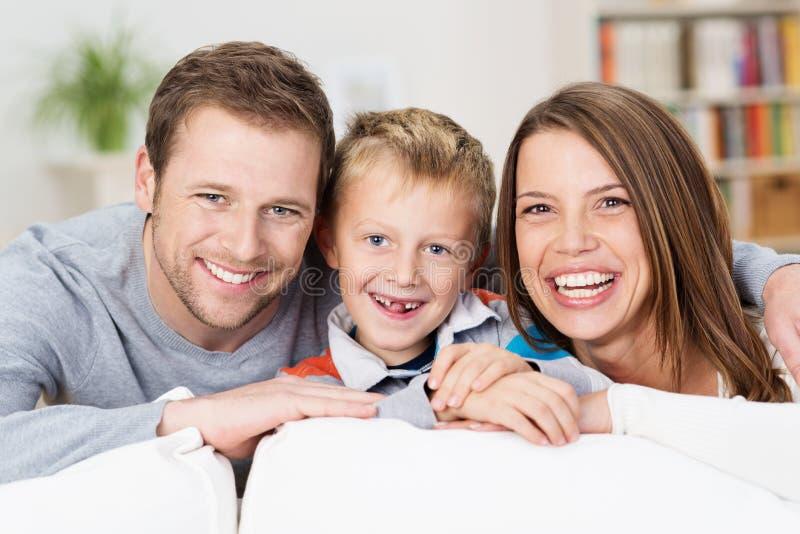 Skratta den lyckliga unga familjen arkivfoto