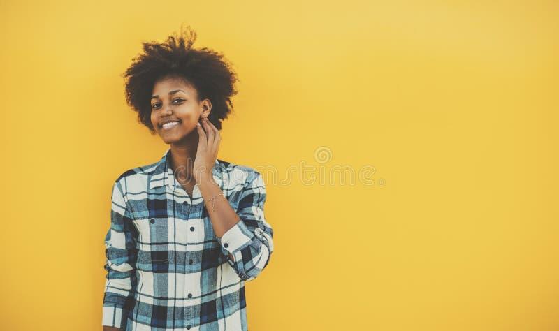 Skratta den svarta flickan som trycker på hennes framsida arkivfoto
