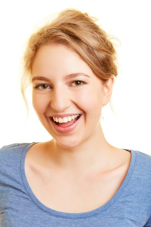Skratta den unga kvinnan med den öppna munnen fotografering för bildbyråer