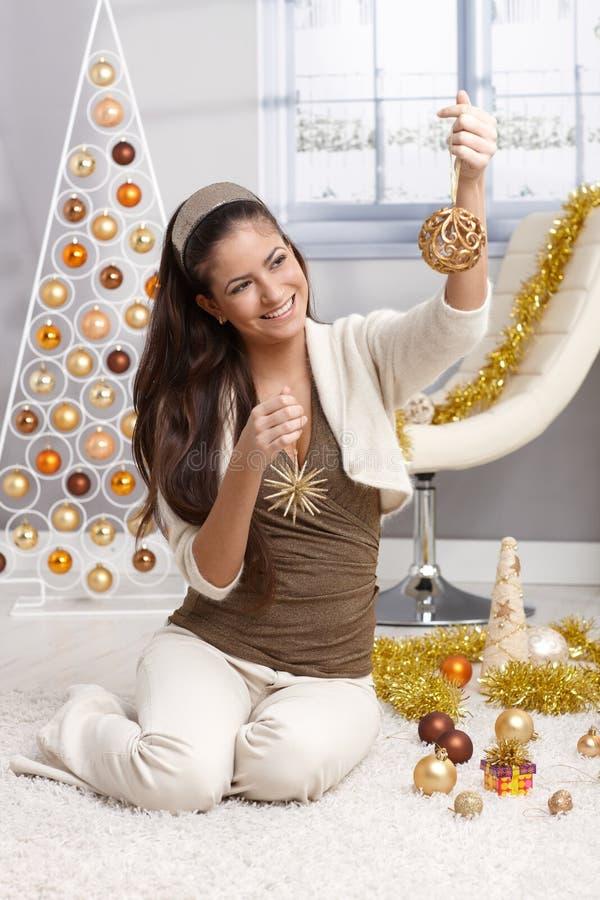 Skratta den unga kvinnan på jul arkivfoto