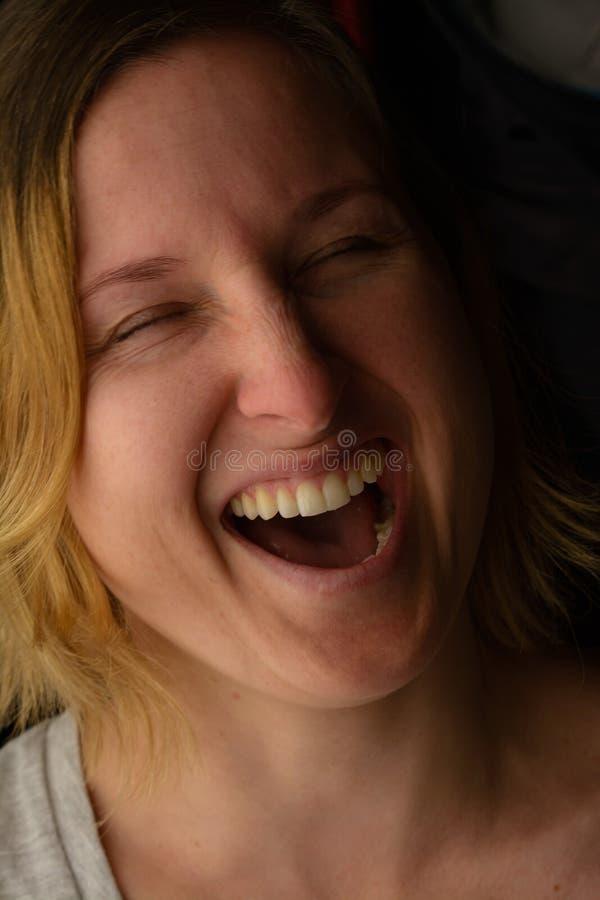 skratta för flicka royaltyfri bild