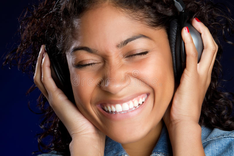 skratta för flickahörlurar arkivfoton