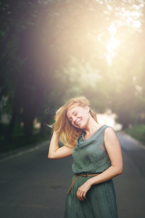 Skratta för kvinna för frihet lyckligt arkivbild