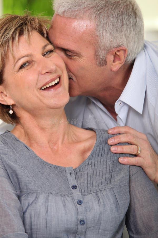 skratta för par som är moget arkivfoto