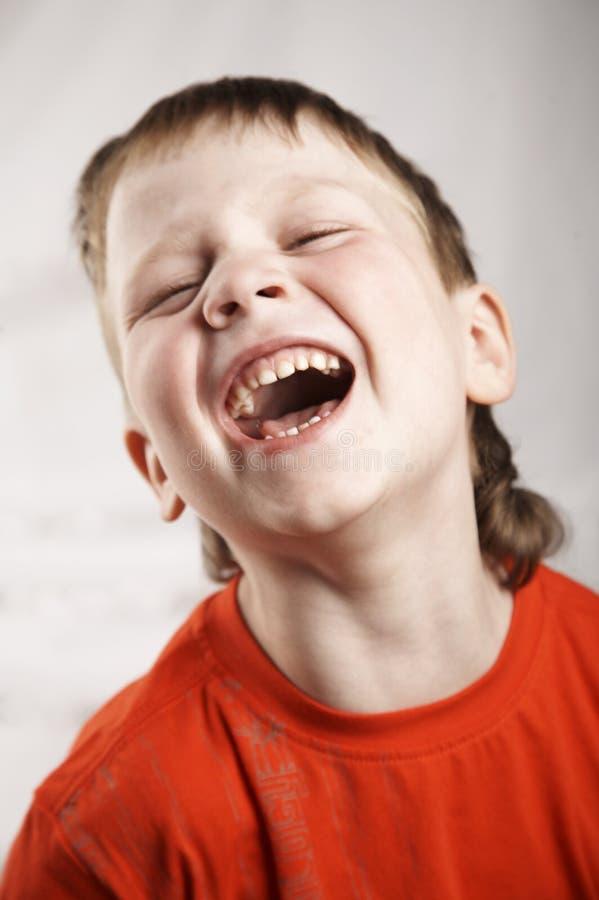 skratta för pojke arkivfoto