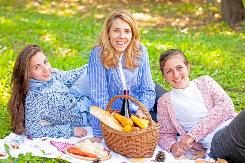 Skratta för tre flickvänner arkivbild