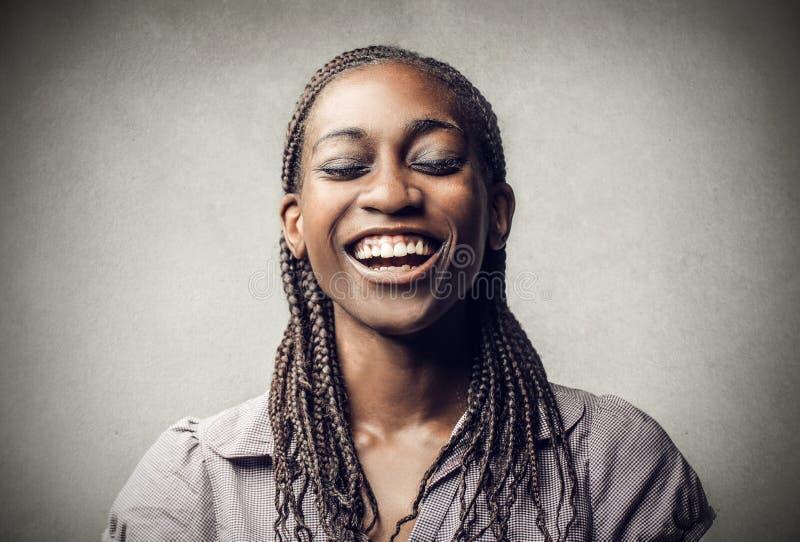 Skratta för ung kvinna fotografering för bildbyråer