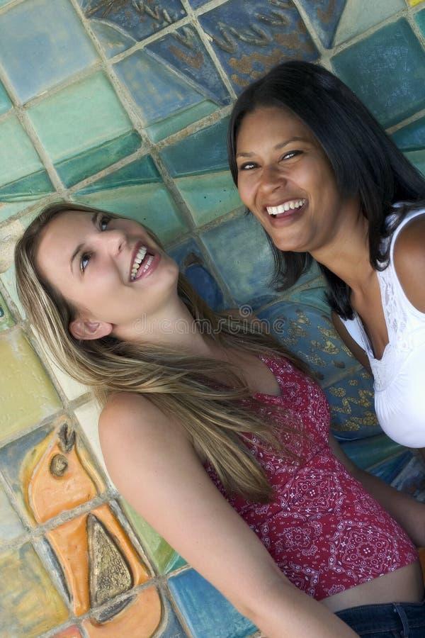 skratta för vänner royaltyfri fotografi