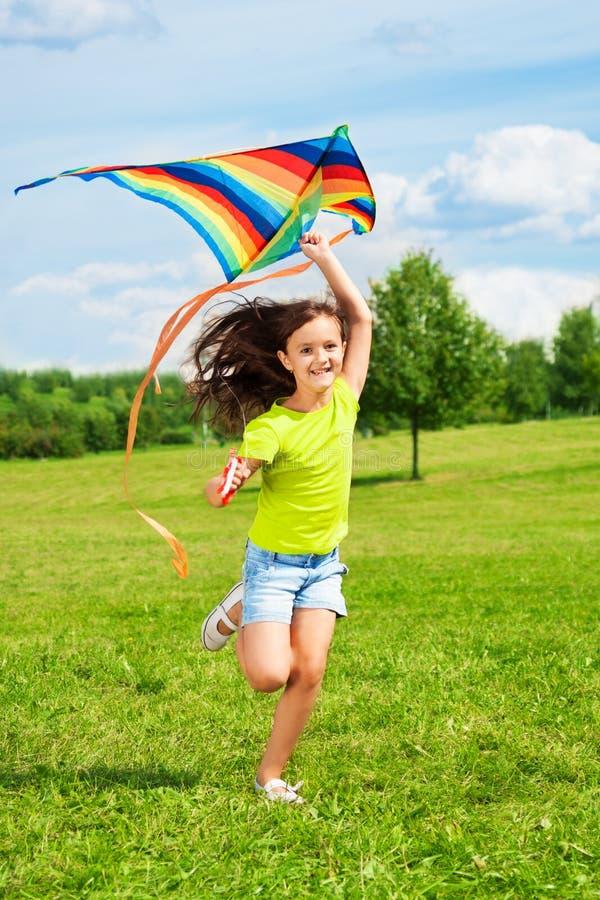 Skratta flickan med draken fotografering för bildbyråer