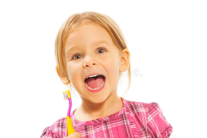 Skratta flickan med tandborsten fotografering för bildbyråer
