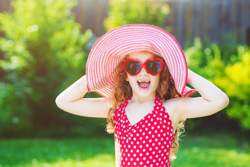 Skratta flickan tyck om en holyday rolig sommar arkivbilder
