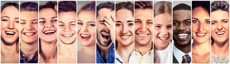 skratta folk Lyckliga män för grupp, kvinnor, barn royaltyfri bild