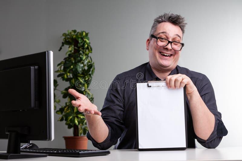 Skratta glat göra en gest för affärsman arkivfoto