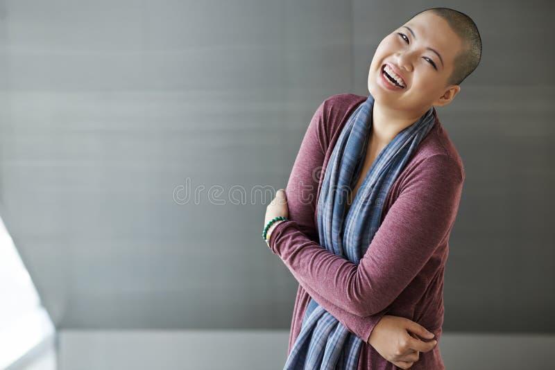 skratta kvinna arkivbild