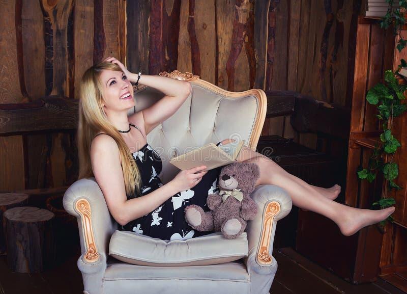 skratta kvinna för bok fotografering för bildbyråer