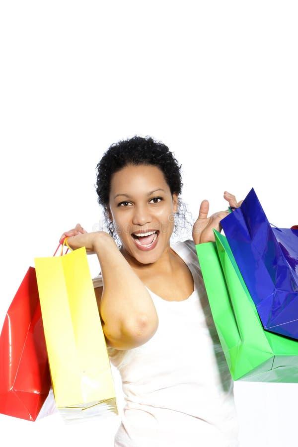 Skratta kvinnan med färgglade shoppingpåsar arkivfoton