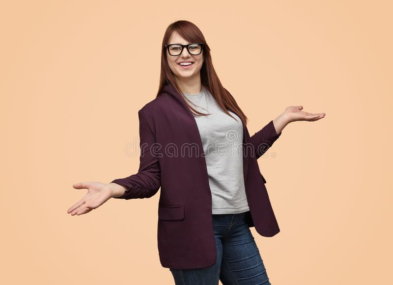 Skratta kvinnan med händer ifrån varandra arkivfoto