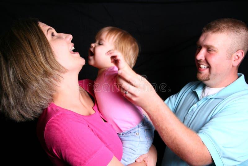 skratta leka för familj royaltyfri fotografi
