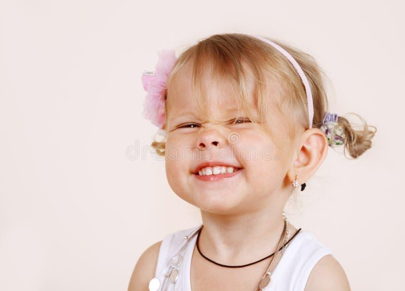 skratta litet barn för flicka royaltyfria foton