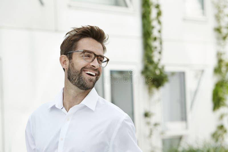 Skratta mannen i den vita skjortan royaltyfria foton